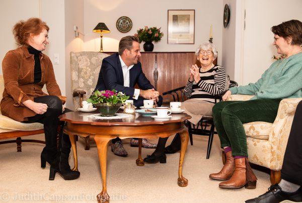 Ouderen niet in de kou laten staan: Minister Hugo de Jonge op bezoek bij Saar aan Huis