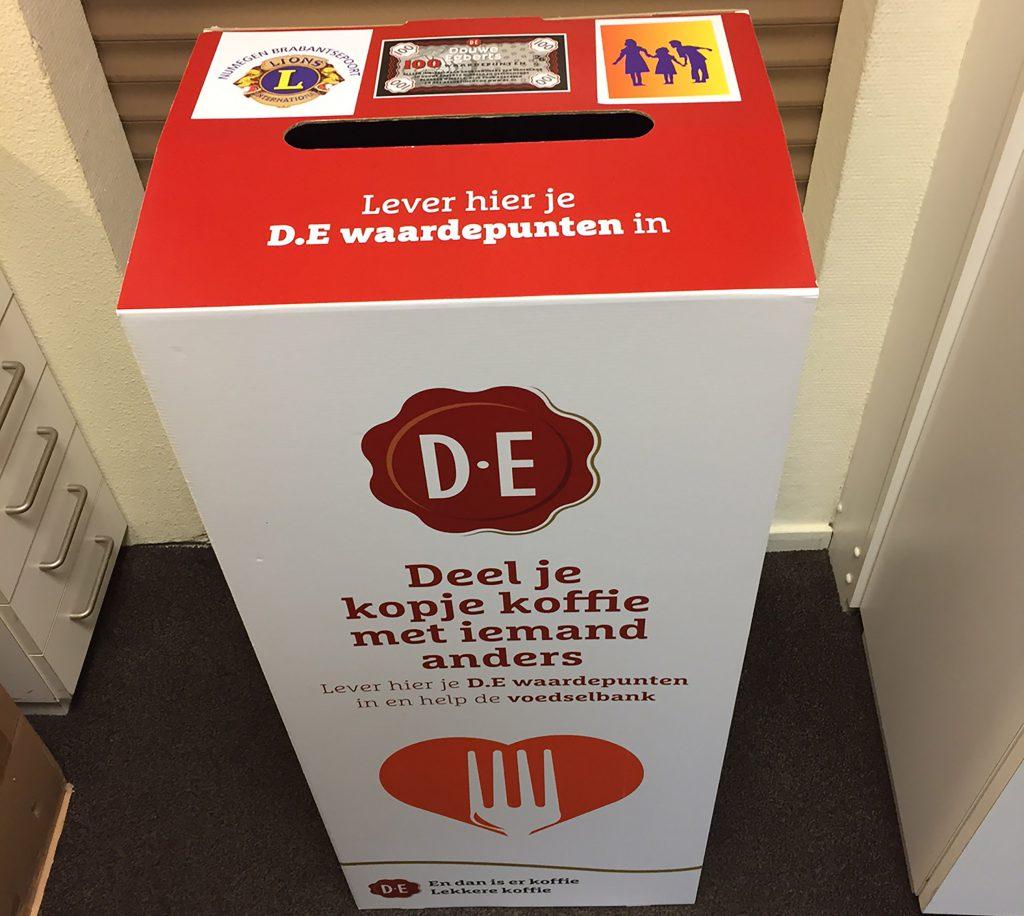 December 2019 Inzamelingsactie Lionsclub van Douwe Egberts waardepunten voor de voedselbank en oud & vreemd geld voor blinden in de 3e wereld.